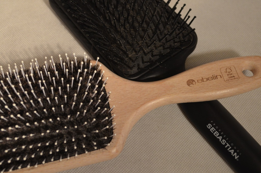 Ebelin Bürste (ca. 7€) , Sebastian Professional Paddle Brush (ca. 14€)