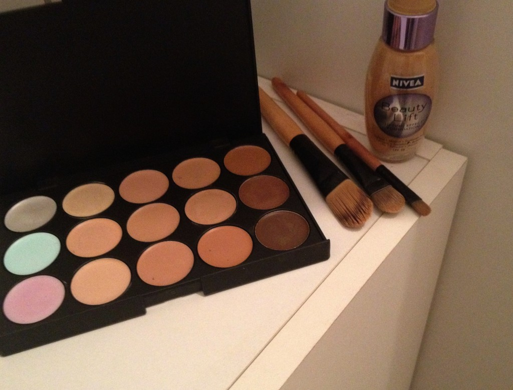 Make-Up Foundation, Concealer Abdeckpalette (Camouflage), Foundationbrush und ein Make-Up Pinsel
