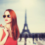Französisches Model mit rotem Kleid