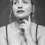 Mollige Frau mit Dessous, schwarz weiß